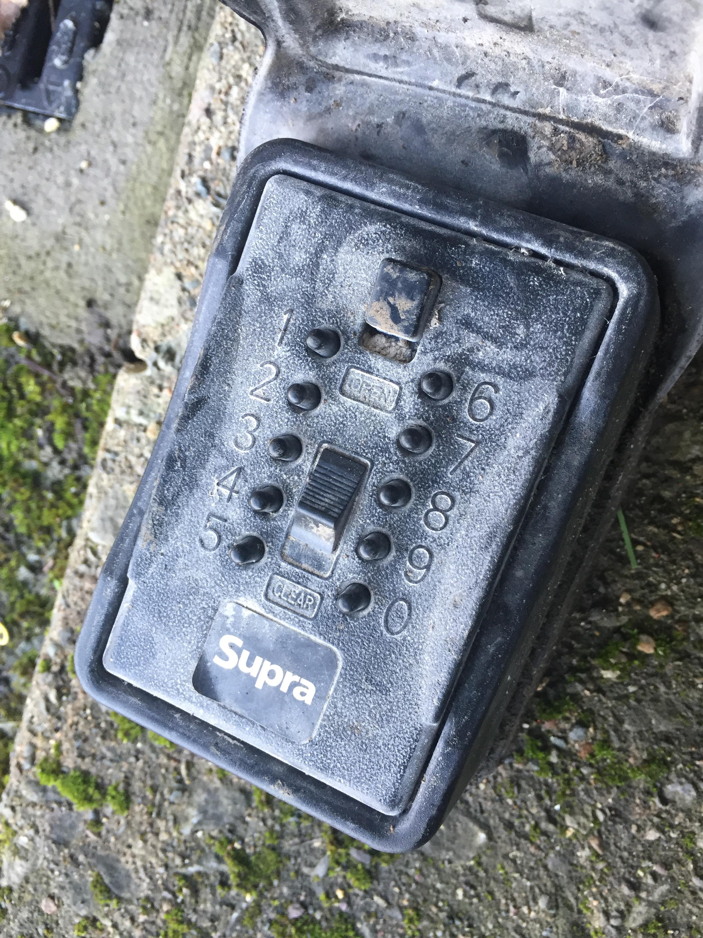Metalowe Kasetki w których znajduje się komplet kluczy do mieszkania zlokalizowane są w bezpośrednim sąsiedztwie drzwi wejściowych do domu ludzi w podeszłym wieku